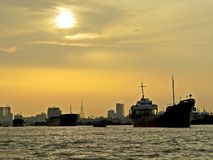 por do sol sobre o porto de Chittagong, Bangladesh Imagens de Stock Royalty Free