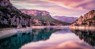 Por do sol sobre o reservatório de Llosa del Cavall, Espanha Foto de Stock