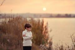 Por do sol sobre o rio Fotografia de Stock Royalty Free