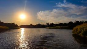 Por do sol sobre o rio alaranjado foto de stock royalty free