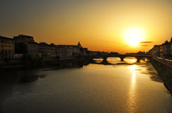 Por do sol sobre o rio arno imagens de stock