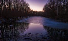 Por do sol sobre o rio congelado Imagem de Stock