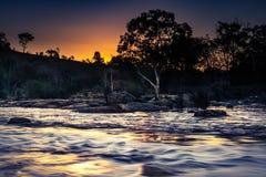 Por do sol sobre o rio da inundação Fotografia de Stock
