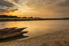 Por do sol sobre o rio de Rapti em Sauraha imagens de stock