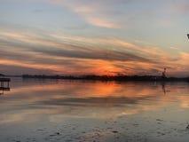Por do sol sobre o Rio Delaware Philadelphfia imagem de stock