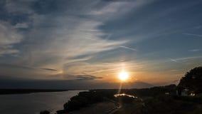 Por do sol sobre o rio e o fenômeno da iridescência no céu video estoque
