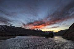 Por do sol sobre o rio em Gangzi Sichuan China Imagens de Stock