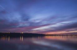 Por do sol sobre o Rio Volga e a ponte presidencial, situados em Ulyanovsk Imagens de Stock