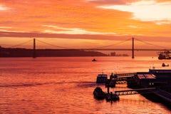Por do sol sobre o Tagus River Fotos de Stock