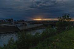 Por do sol sobre o vale de Meuse perto da vila Vroenhoven e Maastricht de Bélgica imagem de stock