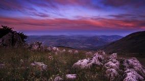 Por do sol sobre o vale em montanhas de Madonie, Sicília, Itália Imagens de Stock Royalty Free
