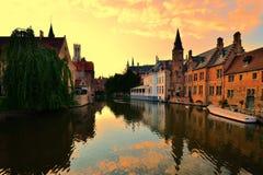 Por do sol sobre os canais de Bruges, Bélgica Imagens de Stock Royalty Free