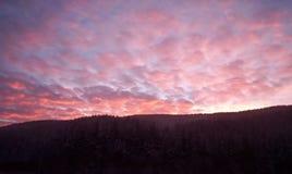 Por do sol sobre os montes Foto de Stock Royalty Free