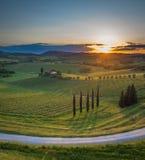 Por do sol sobre os montes de Toscânia, Itália Imagens de Stock