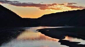 Por do sol sobre os montes em Alberta imagem de stock