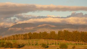 Por do sol sobre os montes perto de Babylonstoren, Franschhoek, rota ?frica do Sul do vinho fotos de stock royalty free