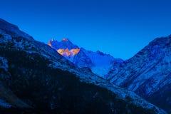 Por do sol sobre picos de montanha caucasianos azuis Imagem de Stock
