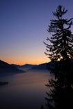 Por do sol sobre pinheiros e lagos Fotografia de Stock