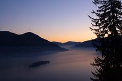 Por do sol sobre pinheiros e lagos Imagens de Stock