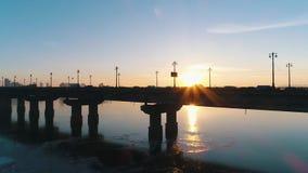 Por do sol sobre a ponte no Kiev vídeos de arquivo