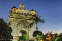 Por do sol sobre a porta de Triumph em Vientiane, Laos Imagens de Stock