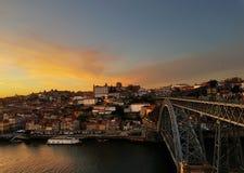 Por do sol sobre Porto e o rio de Douro imagem de stock