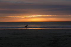 Por do sol sobre a praia Fotografia de Stock Royalty Free