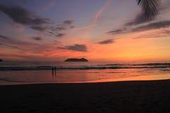 Por do sol sobre a praia Fotos de Stock Royalty Free