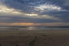 Por do sol sobre a praia Fotos de Stock