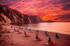 Por do sol sobre a praia de Petani, ilha de Kefalonia, Grécia Imagem de Stock Royalty Free