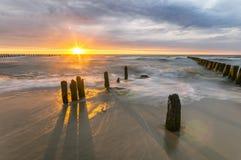 Por do sol sobre a praia do mar, mar Báltico, Polônia Fotografia de Stock