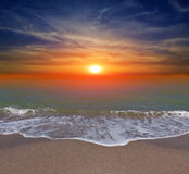 Por do sol sobre a praia do oceano Fotos de Stock Royalty Free