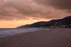 Por do sol sobre a praia em Castelldefels Imagem de Stock