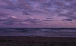 Por do sol sobre a praia em Castelldefels Imagens de Stock