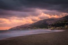 Por do sol sobre a praia em Castelldefels Imagem de Stock Royalty Free