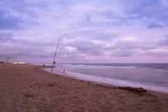 Por do sol sobre a praia em Castelldefels Fotografia de Stock Royalty Free