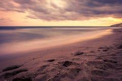 Por do sol sobre a praia em Castelldefels Fotografia de Stock