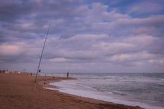 Por do sol sobre a praia em Castelldefels Fotos de Stock