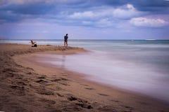 Por do sol sobre a praia em Castelldefels Fotos de Stock Royalty Free