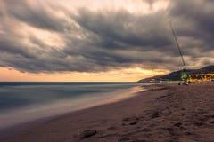 Por do sol sobre a praia em Castelldefels Foto de Stock Royalty Free