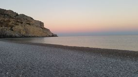 Por do sol sobre a praia rochosa Fotografia de Stock