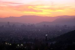Por do sol sobre Santiago, o Chile fotografia de stock