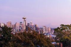 Por do sol sobre a skyline da cidade de Seattle e do perfil do Monte Rainier no fundo foto de stock
