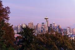 Por do sol sobre a skyline da cidade de Seattle e do perfil do Monte Rainier no fundo fotografia de stock royalty free