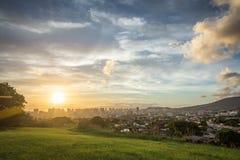 Por do sol sobre a skyline de Honolulu Imagens de Stock
