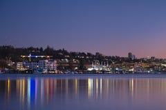 Por do sol sobre a skyline do ` s de Seattle que cria reflexões no lago Washington Imagem de Stock Royalty Free