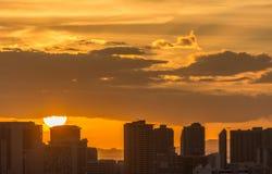 Por do sol sobre a skyline urbana de Honolulu Imagem de Stock
