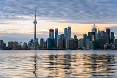 Por do sol sobre Toronto do centro imagem de stock