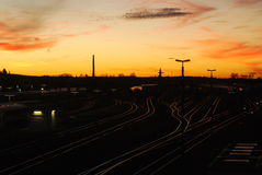 Por do sol sobre trilhas de estrada de ferro Imagens de Stock