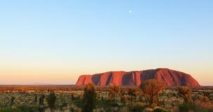 Por do sol sobre Uluru, rocha de Ayers fotos de stock